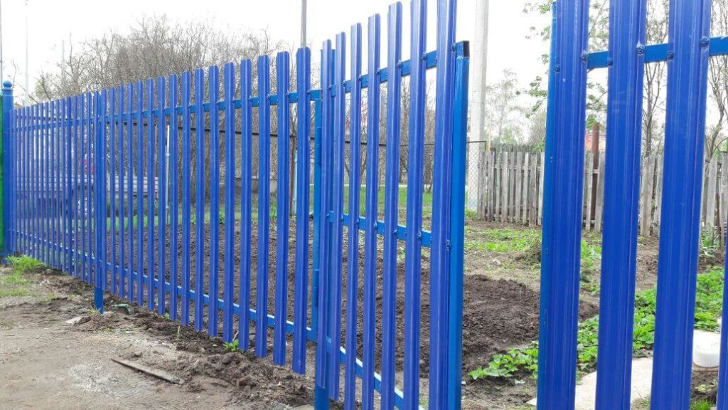 Забор из металлического штакетника с установкой в Казани